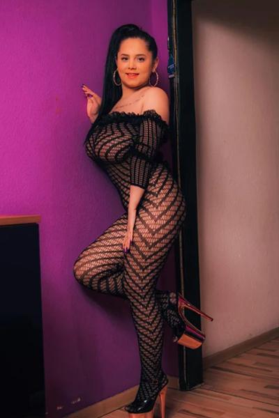 Selena - Pummelige Nutten aus Frankfurt bietet Bi Service für Paare bei Hausbesuche an