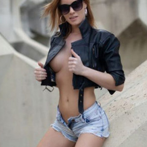 Akshaena petite manager companion with traffic in straps & high heels offers escort service Sex Berlin