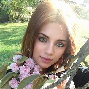 Elisabeth - Teen Callgirl aus Polen bietet Kuscheln und Schmusen beim Sex im Freien in Berlin an
