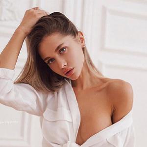 Mellrose - Sexy Escortmodelle aus Bochum verführt mit Streicheln und Schmusen bei Affäre